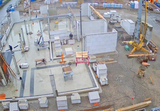 Bodenplatte und Außenmauern vom Neubau des Bürogebäudes der blue:solution software GmbH sind bereits zu erkennen. Rund 1.200 Quadratmeter Bürofläche sind im Herbst 2017 einzugsfertig. (Foto: blue:solution software GmbH)
