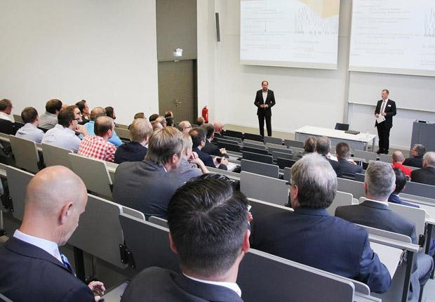 Dekan Prof. Lothar Budde und Stefan Schmedding, Kunststoffe in OWL e. V., eröffnen die Jahrestagung (Foto: Kunststoffe in OWL e. V.)