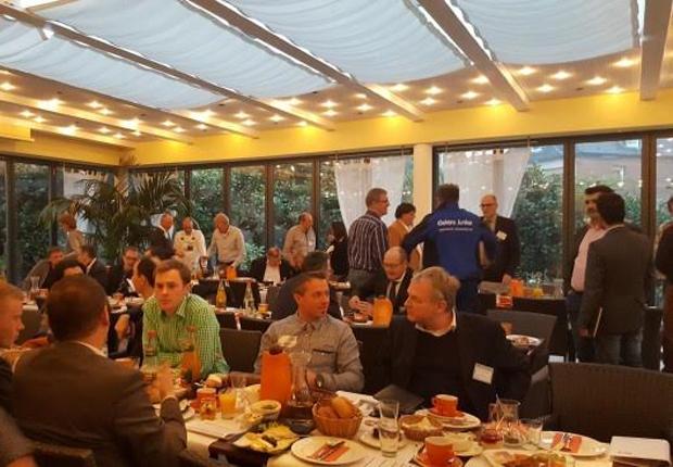 Unternehmer des Unternehmerteams Leineweber und Gäste am Besuchertag in Bielefeld in Netzwerk-Action (Foto: Markus Hirschmeyer)