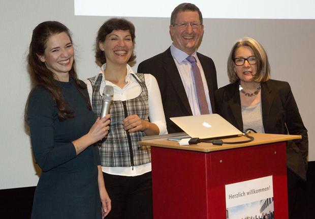Die Referentinnen Jelena Löckner und Rebecca Hagelmoser von NarraTool sowie die Gastgeber des KompetenzNetzwerkes, Wilhelm Heidbrede, 1. Vorsitzender, und Karin Friedrich-Wellmann, 2. Vorsitzende, v.l.n.r. (Foto: KompetenzNetz e.V.)