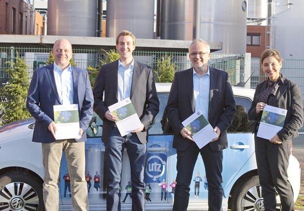Freuen sich, den ersten Nachhaltigkeitsbericht von Utz in den Händen zu halten. V.l. Rüdiger Köhler, Julian Gläser und Ralf Boomhuis von der Georg Utz GmbH sowie Andrea Kolf, Inhaberin der Agentur Kolf- Kommunikation. (Foto: Georg Utz GmbH)