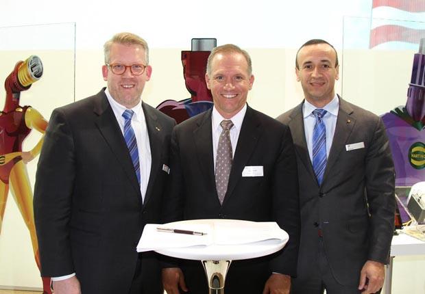 """Die Vereinbarung zwischen Arrow Electronics und HARTING wurde auf der Messe """"electronica"""" in München unterzeichnet: Edgar-Peter Düning; John Drabik, Vice President and General Manager bei Arrow Electronics; und Jon DeSouza (von links nach rechts). (Foto: HARTING)"""