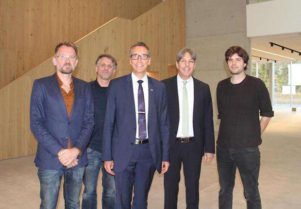 Die Eröffnung des neuen Firmensitzes der Hermann Bock GmbH feierten die Architekten Prof. Frank Drewes und Martin Strenge gemeinsam mit den beiden bock-Geschäftsführern Dr. Stefan Kettelhoit und Klaus Bock sowie Thorben Hanisch (v.l.). (Foto: bock)
