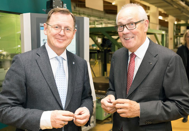 Bodo Ramelow und Wolfgang Hohorst in der Fertigung im Werk Sondershausen. (Foto: WAGO)