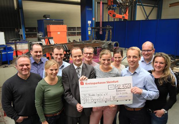 Spitzenleistung: Beim MBH-Benefizlauf 2016 sind 12 350 Euro zusammen gekommen. Das Orga-Team und MBH-Firmenchef Björn Hassink (3.v.r.) freuen sich, die große Spende an Günter Heeke (vorne 3.v.l.) von den TC Rodde Igels e.V. übergeben zu können. (Foto: MBH Maschinenbau & Blechtechnik GmbH)