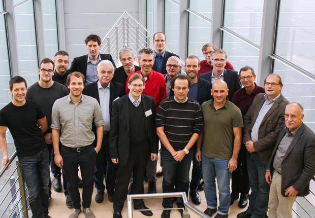 """Das erste Treffen des Projektkonsortiums """"speedCIGS"""" in Schwäbisch Hall. Aus Paderborn dabei waren Prof. Dr. Thomas Kühne (8. v. r.) und Hendrik Wiebeler (6. v. r. hinten) aus dem Department Chemie der Fakultät für Naturwissenschaften. (Foto: speedCIGS)"""
