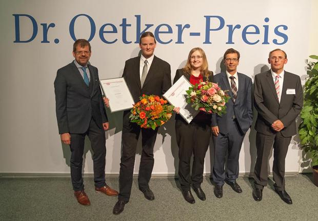 v.l.n.r. Prof. Dr.-Ing. Ulrich Müller (Hochschule Ostwestfalen-Lippe), Master-Preisträger Christian Merck, Bachelor-Preisträgerin Saskia Wucher, Prof. Dr. Thomas Gassenmeier (Hochschule Ostwestfalen-Lippe), Dr. Konrad Hörstmann-Jungemann (Dr. Oetker). (Foto: Dr. Oetker)