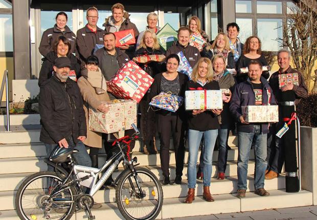 """Auch in diesem Jahr beteiligte sich die Buschjost GmbH an der Aktion """"Wünsch dir was"""" des Herforder Vereins Karlsson e. V. Mehr als 50 Mitarbeiterinnen und Mitarbeiter des Unternehmens unterstützten die Aktion und erfüllten die Weihnachtswünsche von Kindern und Jugendlichen aus finanziell schwachen Familien. (Foto: IMI Precision Engineering)"""