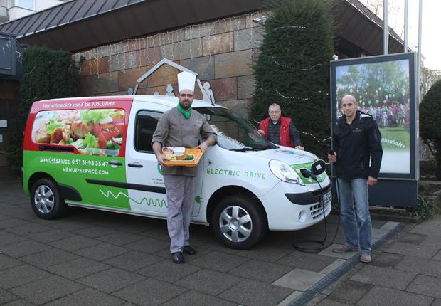 Michael Saaksmeier (Fahrer), Stefan Piepenstock (Leiter Technischer Dienst) und Axel Bunzel (Küchenchef) (Foto: Menüdienst Bethel Bad Oeynhausen)