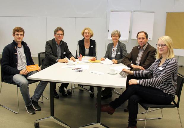 jeweils außen ein/e Mentee, von links nach rechts dann: Dr. Hübert/ SWB Netz GmbH, B. Böwingloh/ FH Bi, Dr. Angelika Kipp/ OWL MB, Prof. R. Budde/ FH Bi (Foto: OWL MASCHINENBAU e.V.)