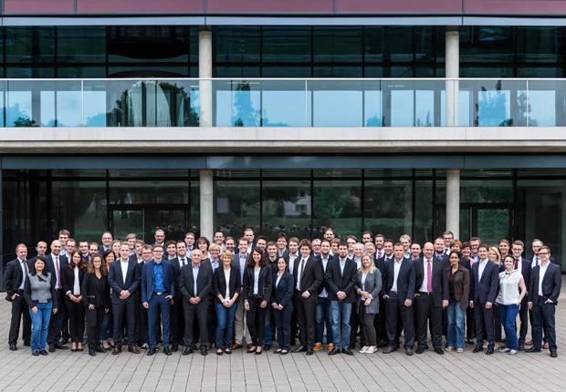 Die Mitarbeitenden des Fraunhofer IEM vor der Zukunftsmeile 1 in Paderborn. (Foto: Fraunhofer IEM)