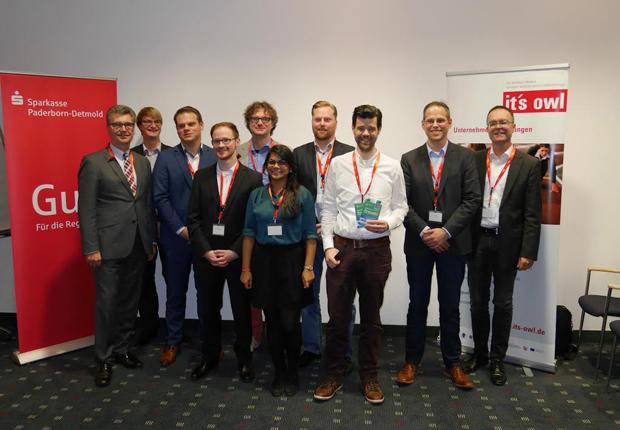 Hubert Böddeker (l.) und Prof. Dr. Rüdiger Kabst (m.) freuen sich über das Engagement der jungen Gründer. (Foto: TecUP)