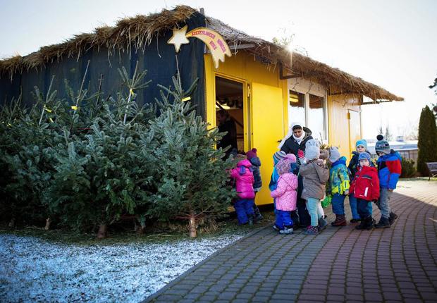 Jugendliche der Gemeinde haben die ELA Räume geschmückt und umgestaltet – zur Freude der kleinen Besucher. (Foto: ELA Container GmbH)