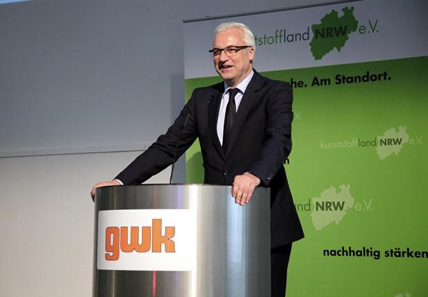 NRW-Wirtschaftsminister Garrelt Duin würdigte in seinem Plädoyer die Schlüsselrolle der nordrhein-westfälischen Kunststoffindustrie. (Foto: kunststoffland NRW/gwk)