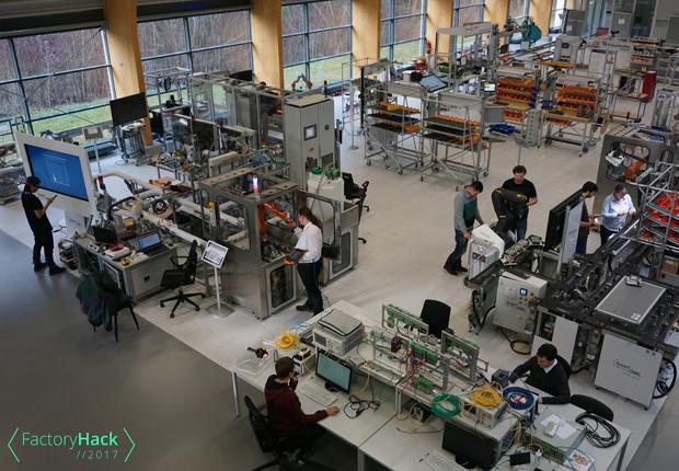 Hacker-Teams übernehmen die SmartFactoryOWL beim weltweit größten industriellen Hackathon in Ostwestfalen-Lippe – dem FactoryHack2017. (Foto: CENTRUM INDUSTRIAL IT (CIIT))