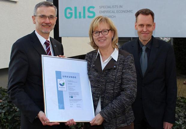 v.l.: Eckard Lammers gratuliert im Namen der IHK Anja Völtz und Geschäftsführer Dr. Christian Lutz von der GWS Gesellschaft für Wirtschaftliche Strukturforschung mbh in Osnabrück zur erstmaligen Eintragung in das EMAS-Register. (Foto: IHK Osnabrück)
