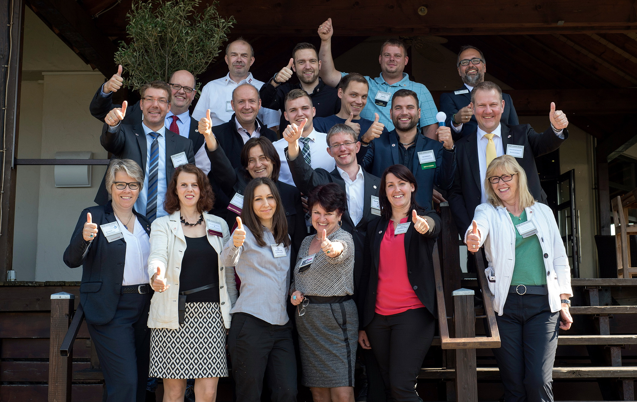 Gründungsmitglieder des BNI-Unternehmerteams Residenz in Detmold. Untere Reihe links: Chapterdirektorin Martina Rosemeier. (Foto: Jutta Jelinski | www.fotografie-jelinski.de)