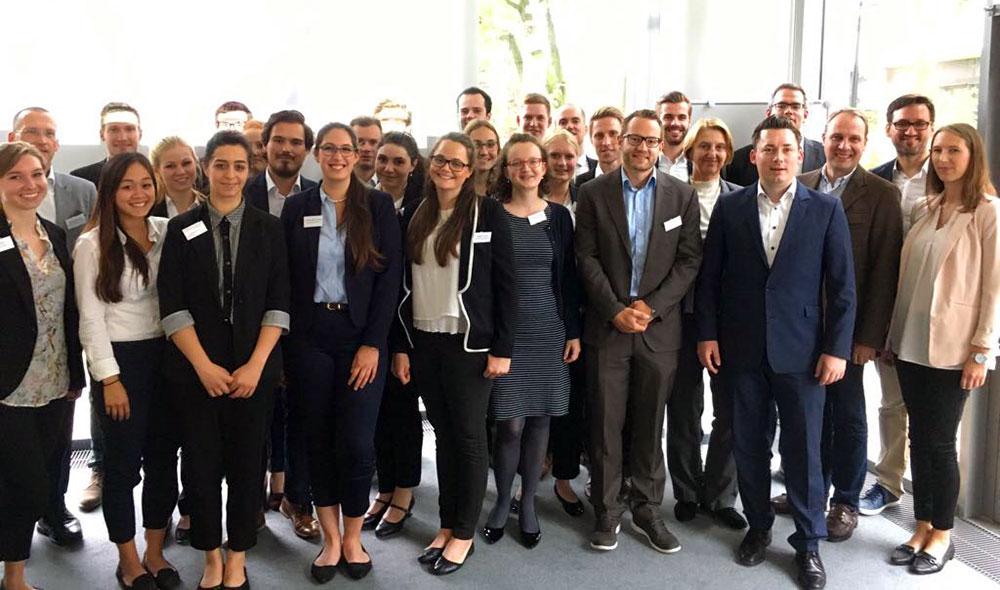 Studenten der Uni Paderborn erarbeiten mit Arvato Systems Risikostrategien (Foto: UPB/arvato)