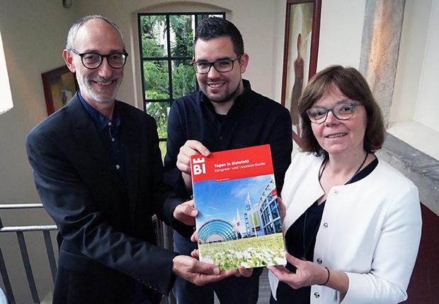 Der neue Guide Tagen in Bielefeld in den Händen von Bielefeld Marketing. (Foto: Bielefeld Marketing)