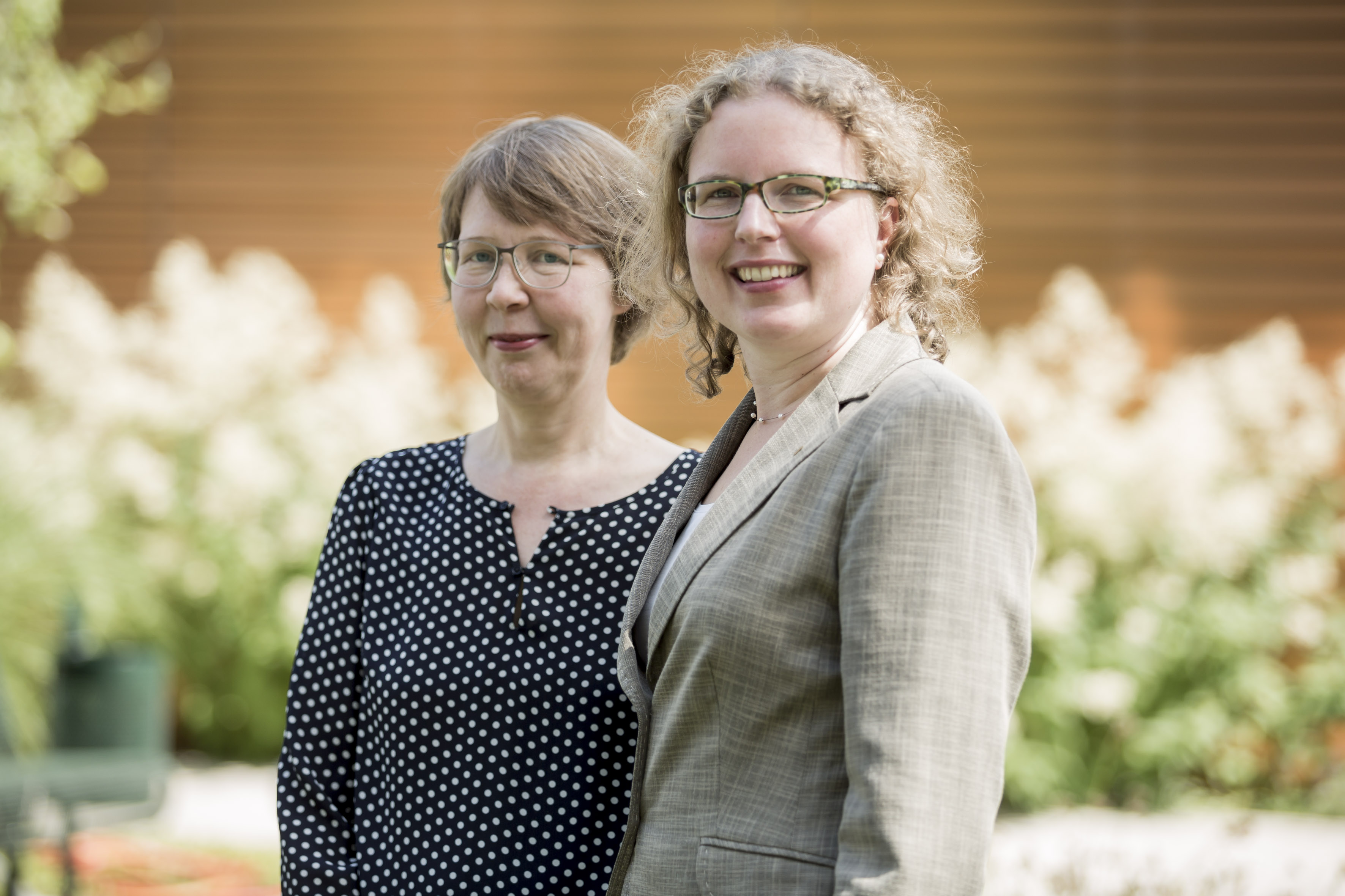 Gisela Eickhoff und Ulrike Upmeyer von HARTING(v.l.) freuen sich über die CSR-Auszeichnung (Foto: EcoVadis)