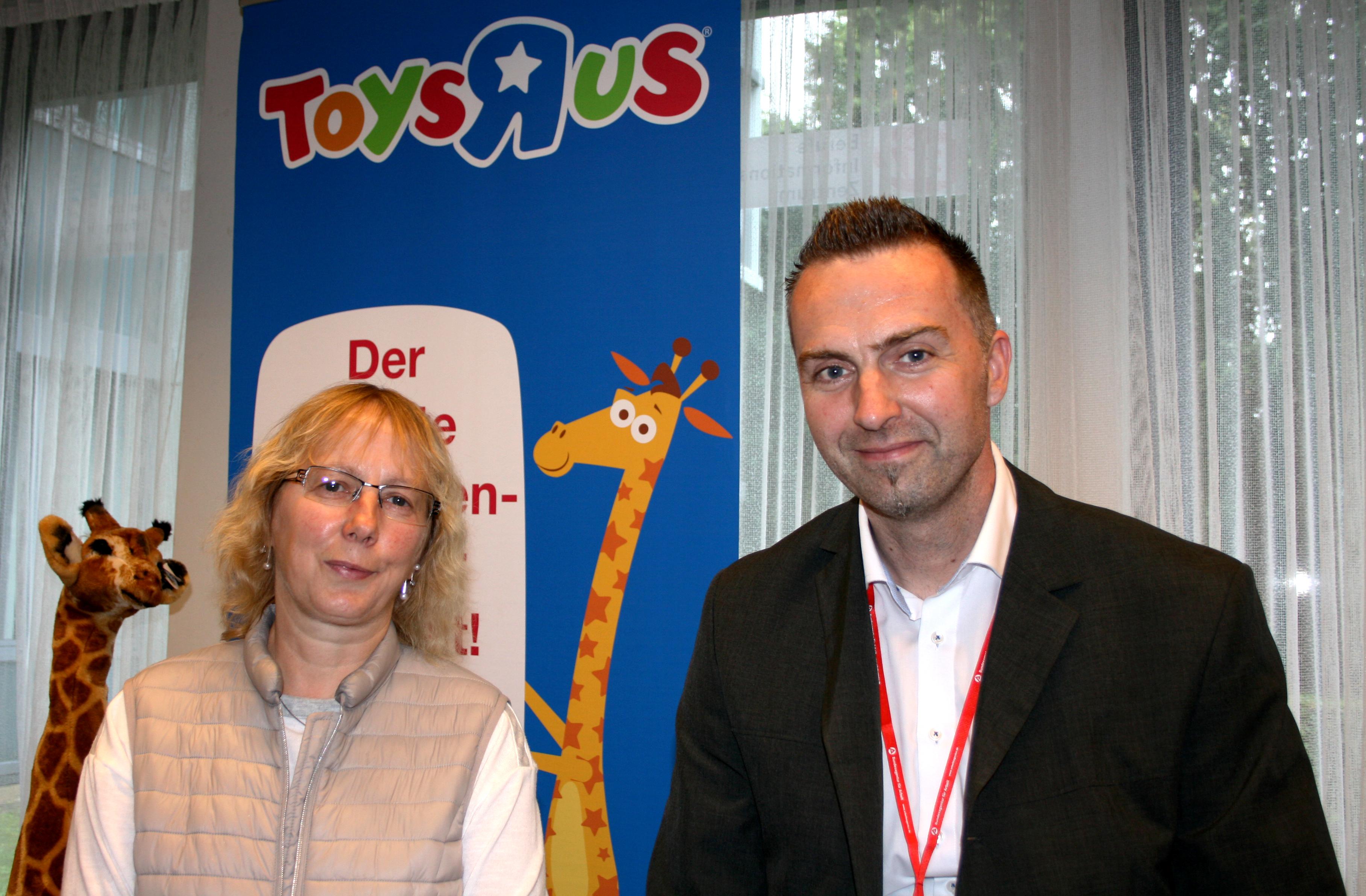 Spielend einfach ins Gespräch gekommen: Hildegard Grimm-Hett im Loom mit Marktleiter Stephan Schulwitz (Foto: C. Apdarmani)
