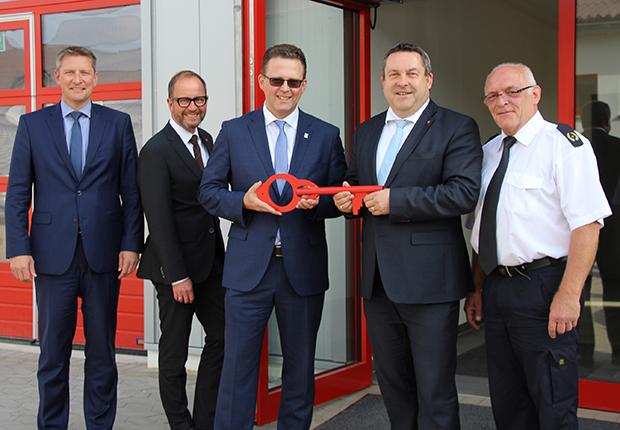 Sicherheit in Lippe, Neues Gebäude. Die Schlüsselübergabe am Feuerwehrausbildungszentrum in Lemgo.