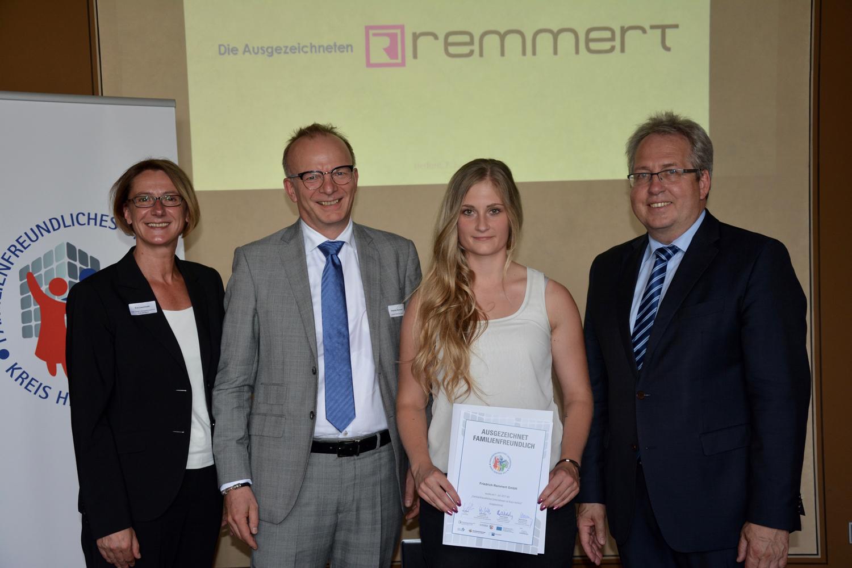 Auszubildende Lisa Marie Grohmann (3. Von links) und Geschäftsführer Stephan Remmert (2. Von links) nehmen die Auszeichnung entgegen (Foto: Remmert)