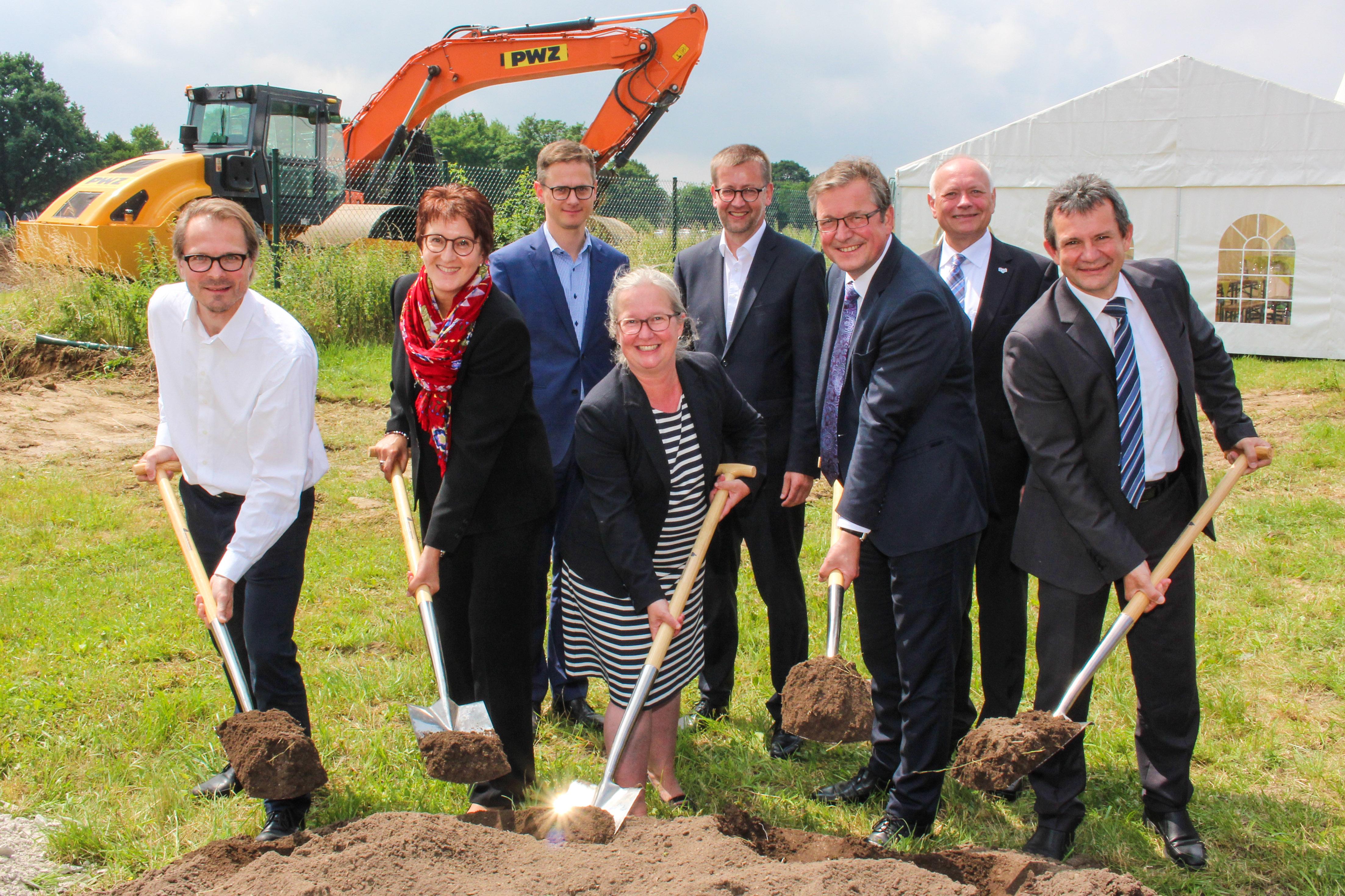 Mit dem ersten Spatenstich beginnt der Bau des neuen ILH-Forschungsgebäudes (Foto: Universität Paderborn)