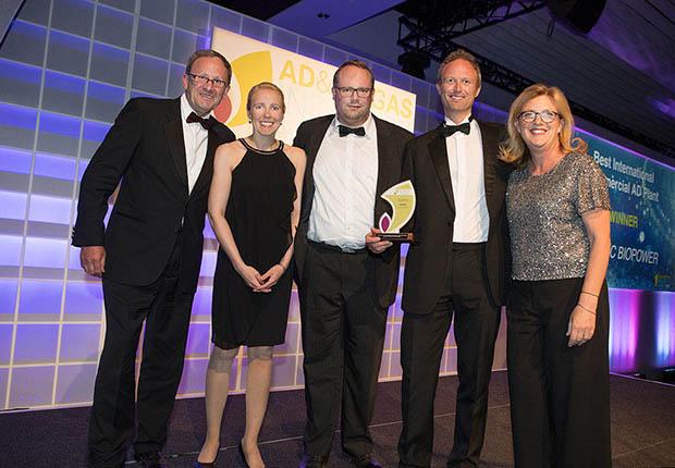 WELTEC BIOPOWER nimmt Auszeichung bei den ADBA Industry Awards entgegen.