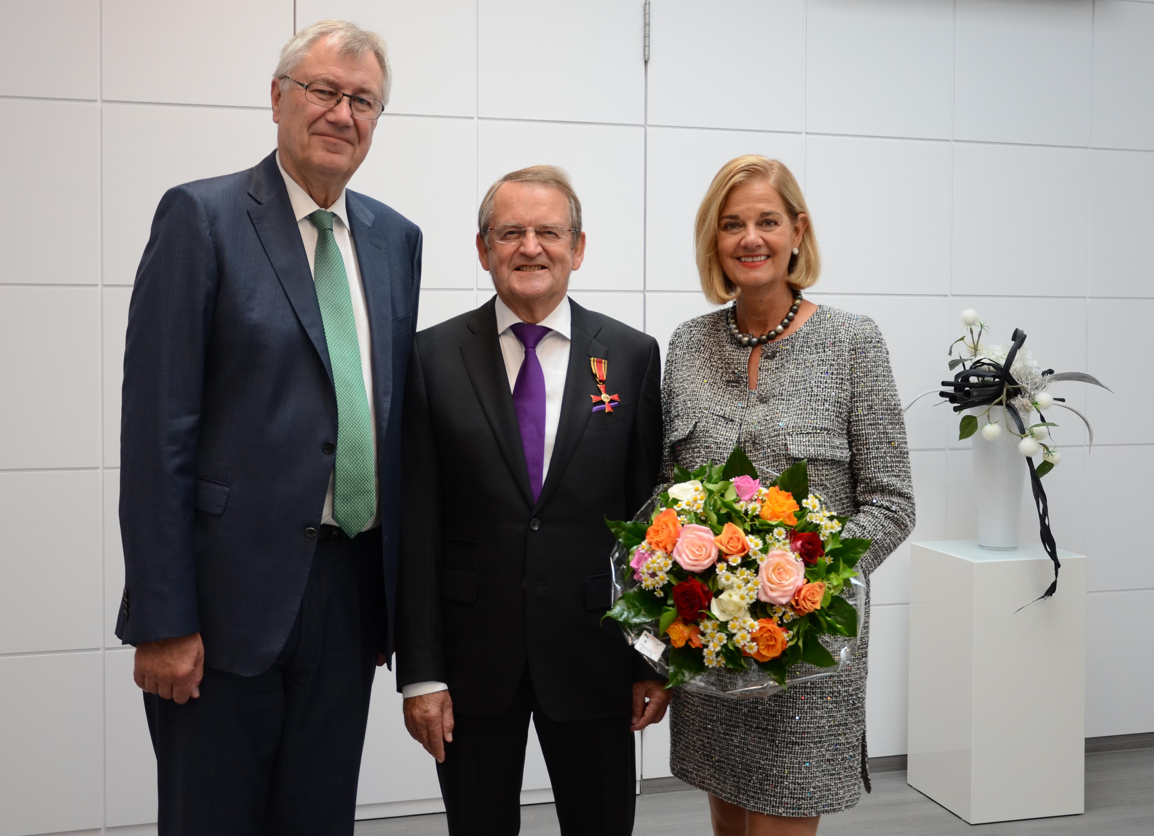 Regierungspräsident Prof. Dr. Reinhard Klenke mit Wolfgang und Beate Düsterberg (v.l.)(Foto: Bezirksregierung Münster)