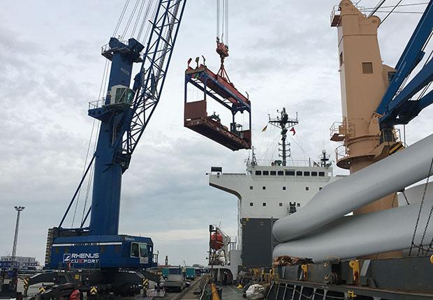 Die Kranteile wurden vom Cuxport-Terminalauf den Frachter MS Imari verladen.