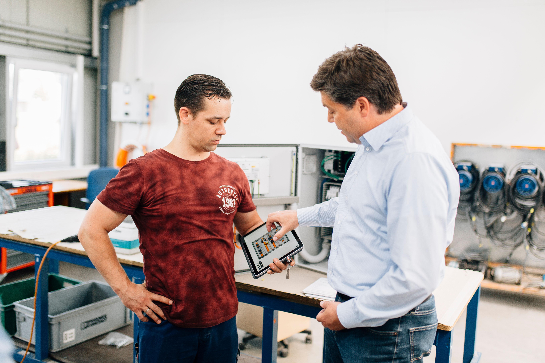 Tablets helfen Mitarbeitern bei Westermann im Minden beim digital optimierten Schaltschrankbau (Foto: Westermann)