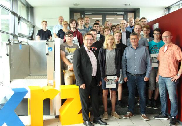 Blickten zwei Wochen in die Welt der IT-Wunder beim krz: Die zwölf Teilnehmer des IT-Camp 2017.