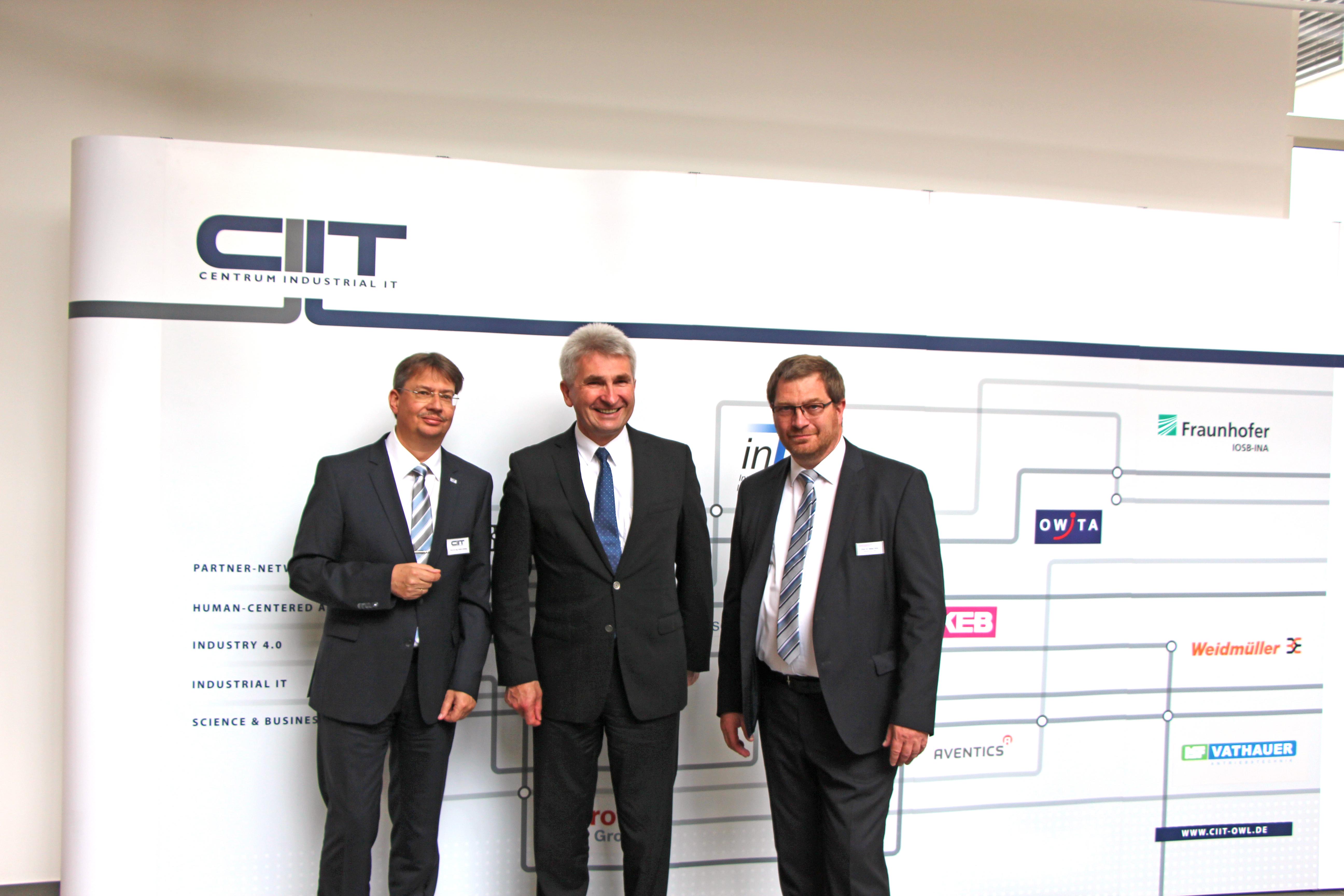 Prof. Volker Lohweg (l.) und Prof. Stefan Witte (r.) begrüßen den NRW-Wirtschaftsminister Prof. Andreas Pinkwart im Forschungs- und Entwicklungszentrum CENTRUM INDUSTRIAL IT (CIIT) (Foto: Fraunhofer IOSB-INA)