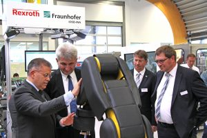 Fraunhofer-Mitarbeiter Pedro Rodrigues zeigt Pinkwart Arbeiten mit kollaborativen Robotern (Foto: Fraunhofer IOSB-INA)