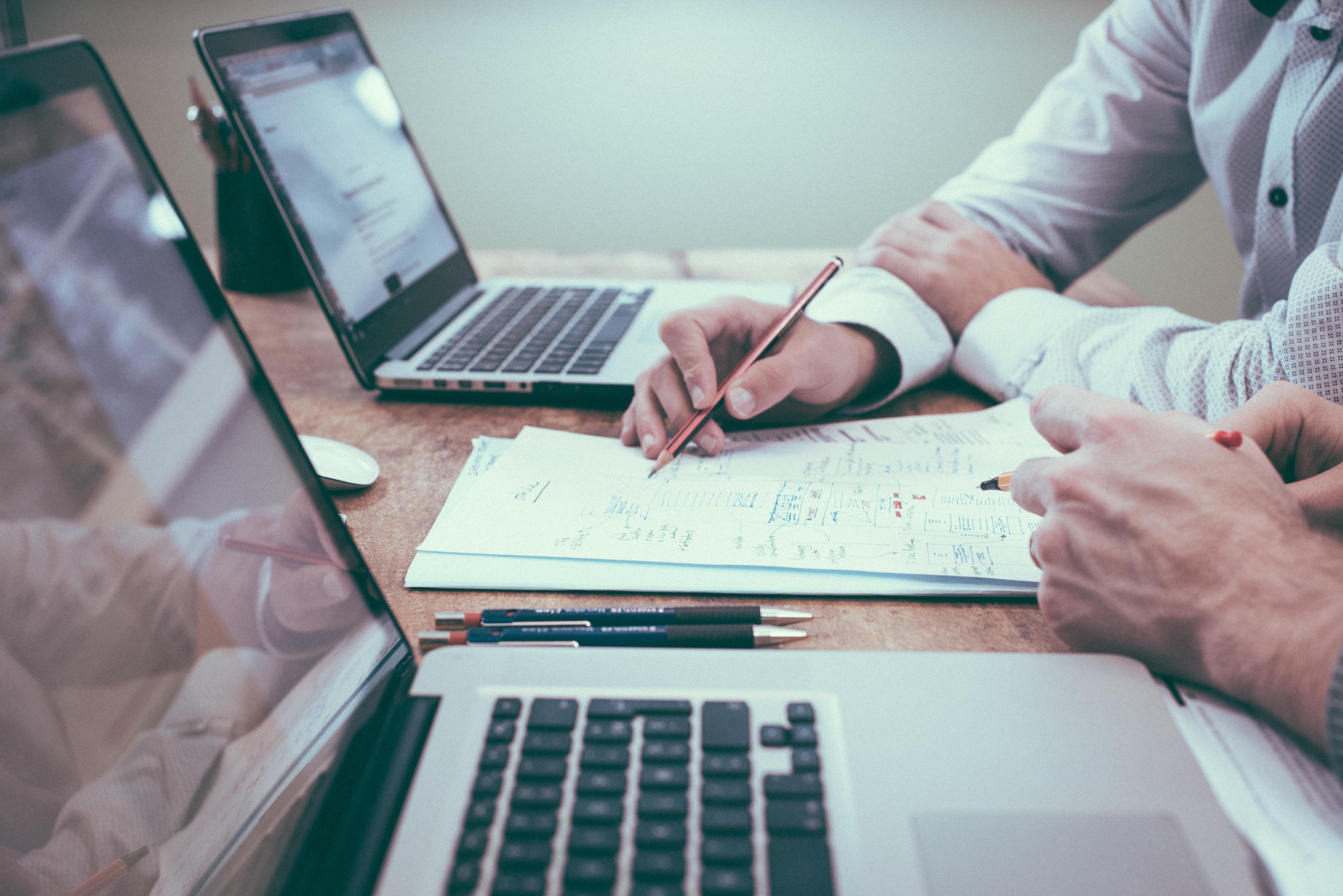 Bei Rechts- und Finanzierungsfragen sind Start-ups oft auf Hilfe von außen angewiesen (Foto: Free-Photos/Pixabay)