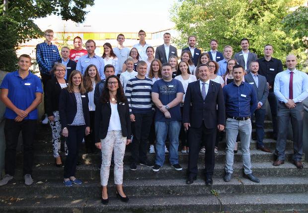 Die 32 neuen Auszubildenden werden im Kreishaus begrüßt.