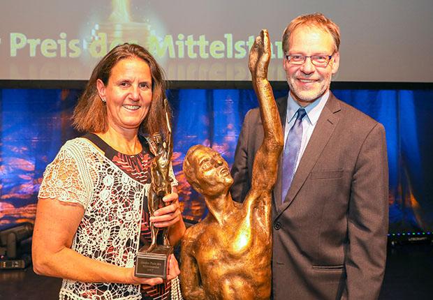Die Metallwerke Renner GmbH wurden während der Preisverleihungsgala der Oskar-Patzelt- Stiftung in Düsseldorf mit der Preisträgerstatue ausgezeichnet.