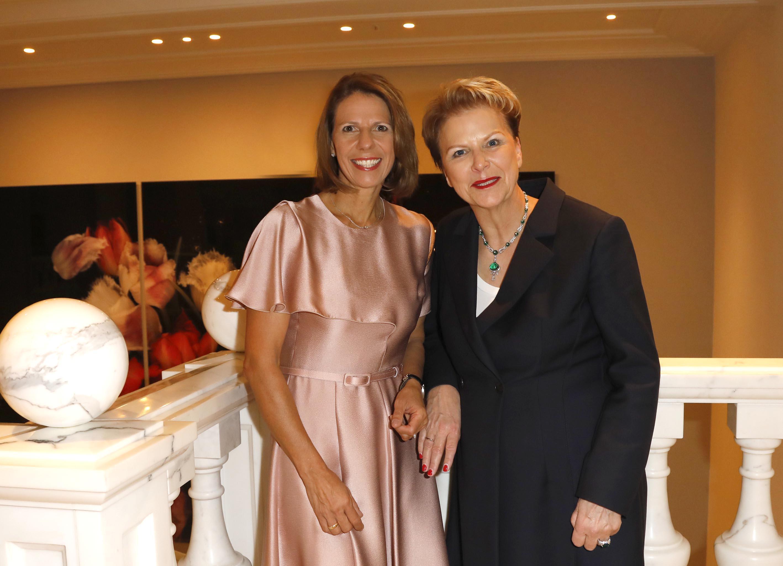 Petra Justenhoven (r., im Bild mit Komiteemitglied Prof. Dr. Ulrike Detmers ) bekam den Mestemacher-Preis überreicht (Foto: Agentur Gadanz, Berlin)