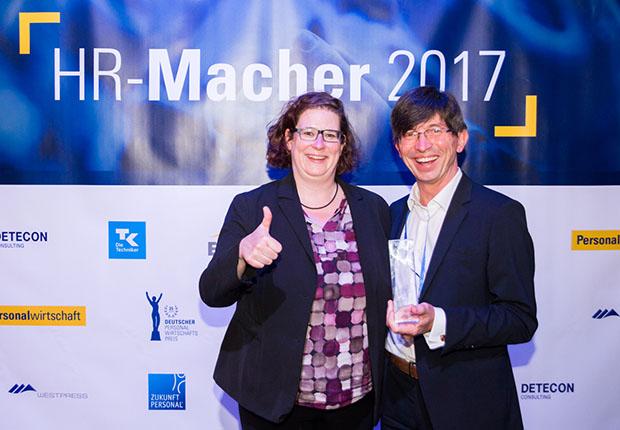 """Unter dem Stichwort """"Auf zu neuen Welten – Industrie 4.0"""" konnte Phoenix Contact den deutschen Personalwirtschaftspreis entgegennehmen."""
