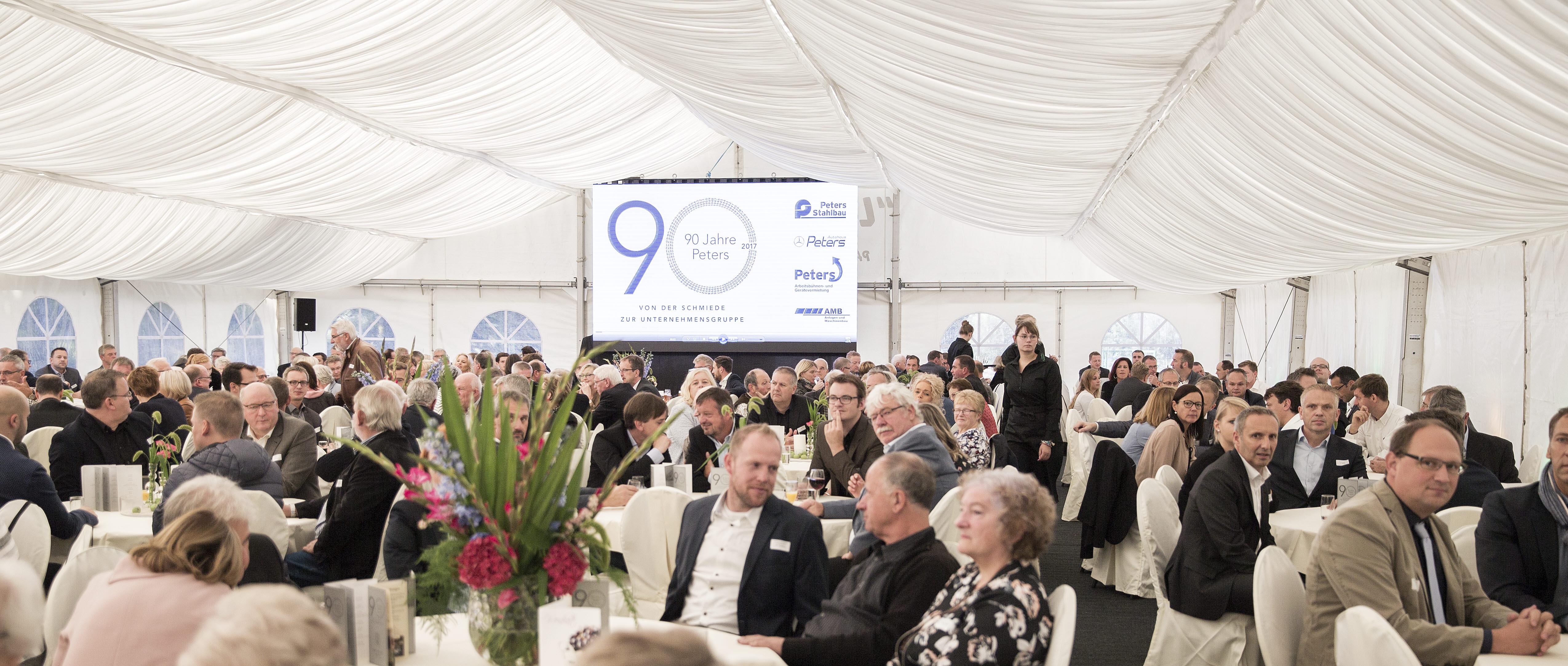 900 Gäste begleiteten das 90-jährige Jubiläum der Unternehmensgruppe Peters (Foto: Peters)