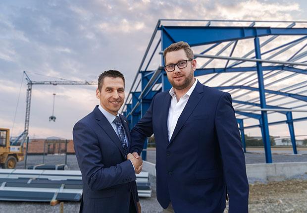 Fischer EKF Geschäftsführer Dominik Kersting (rechts) hat bereits mit dem Bau des neuen Unternehmensstandortes im Industriegebiet Büren-West begonnen.