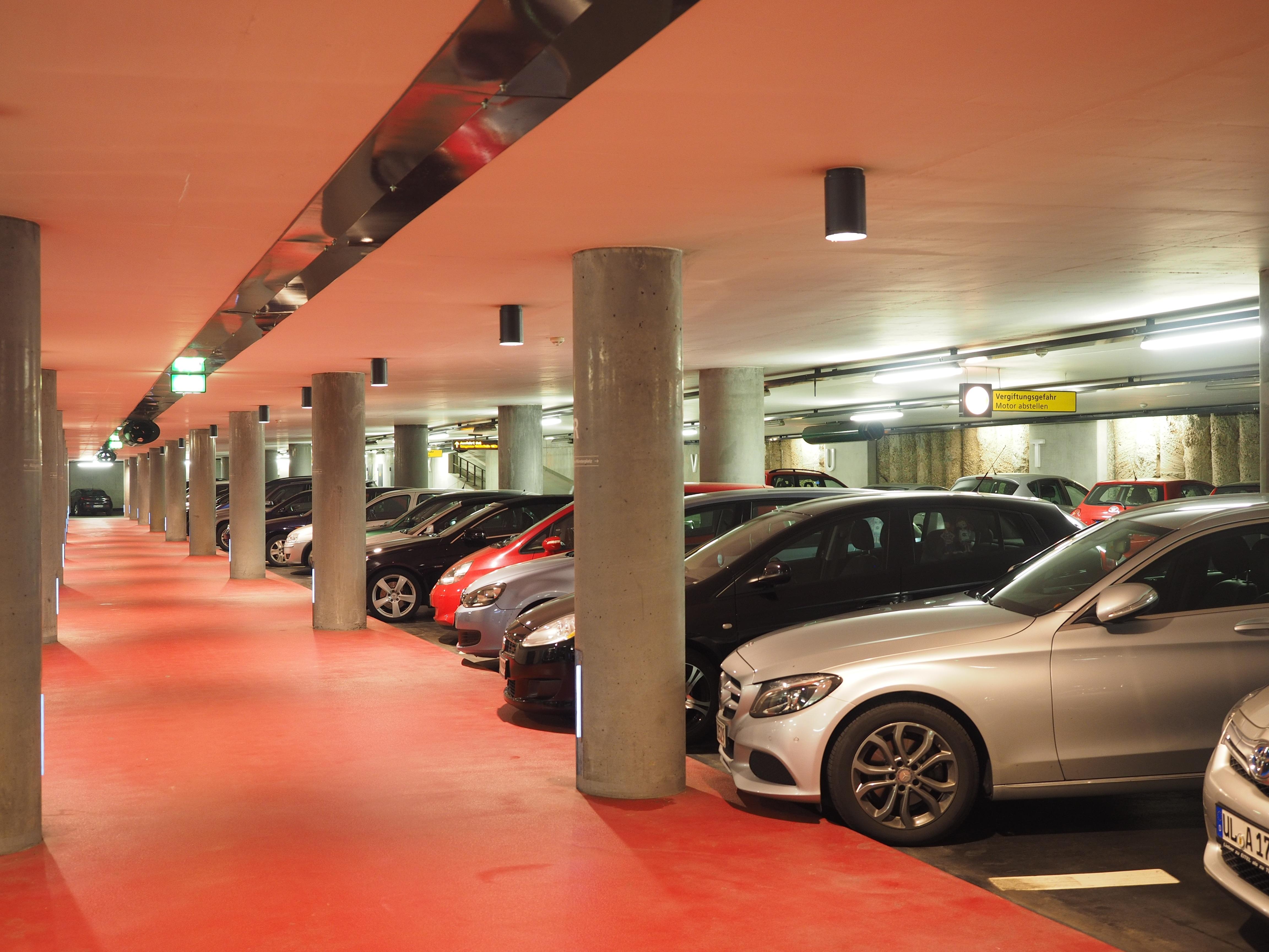 Ärger bei der Parkplatzsuche? Dagegen hat die Automobilindustrie der Zukunft etwas (Foto: Hans/pixabay)