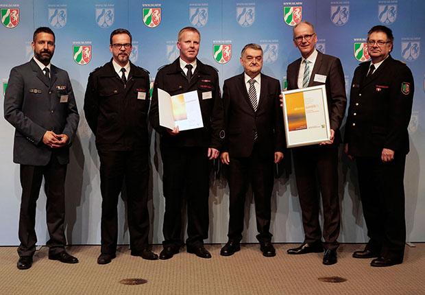 """Weidmüller erhielt die Förderplakette """"Ehrenamt bei Feuerwehr und Katastrophenschutz"""" für die Unterstützung seiner ehrenamtlich tätigen MitarbeiterInnen."""