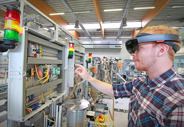 Komplexität der industriellen Anlagen kann durch Assistenzsysteme in Form von Augmented Reality deutlich reduziert werden.