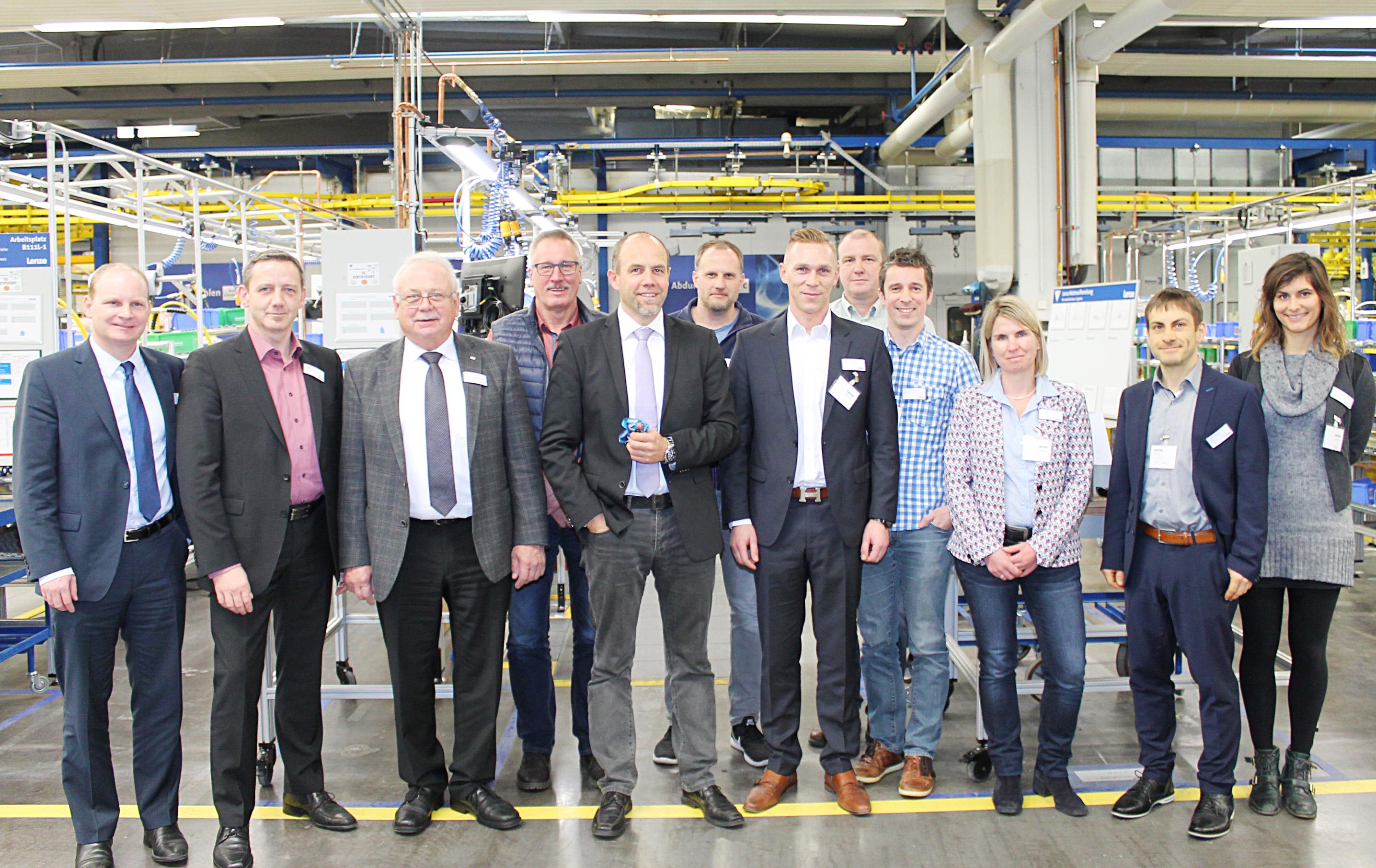 Für mehr Energieeffizienz: Volker Bockskopf (5.v.l.) begrüßte die Teilnehmer des Energienetzwerks des VDMA bei Lenze und präsentierte Ihnen das Energiemanagementsystem von Lenze (Foto: Lenze SE)