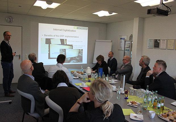 Im Rahmen des it's OWL Spitzenclusters besuchte eine schwedische Delegation MSF-Vathauer Antriebstechnik. Im Fokus stand dieIndustrielle Digitalisierung.