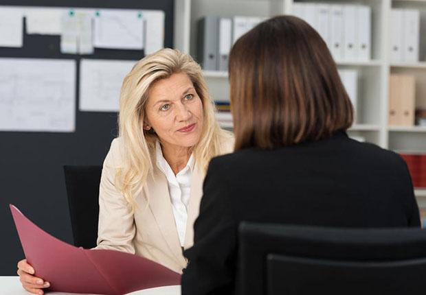 Eine gute Gelegenheit die emotionale Bindung an den Arbeitsplatz ist ein Mitarbeitergespräch, das in vielen Unternehmen einmal jährlich geführt wird.