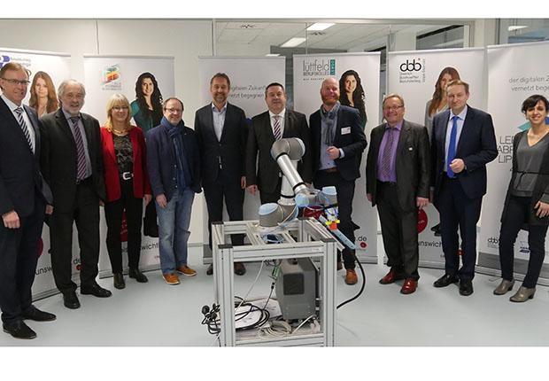 Gemeinsam fit für die Zukunft mit lernfabrik lippe 4.0: Durch die Digitalisierung verändert sich die Arbeitswelt, mit unmittelbaren Auswirkungen auf die Ausbildung und Qualifizierung von Fachkräften.