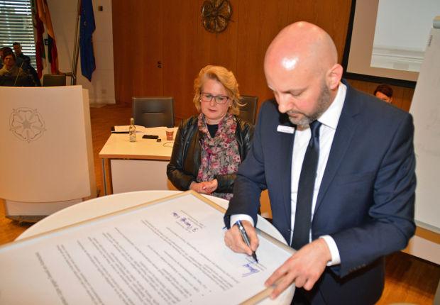 Eine Grundsatzerklärung gegen Gewalt am Arbeitsplatz haben der Vorstand des Jobcenters Lippe, sowie die 2. stellvertretende Personalratsvorsitzende, kürzlich unterzeichnet.